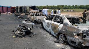 اتومبیل ها و موتور سیکلتهای سوخته در محل انفجار تانکر نفت دیده می شوند. ٤ تیر/ ٢۵ ژوئن ٢٠۱٧