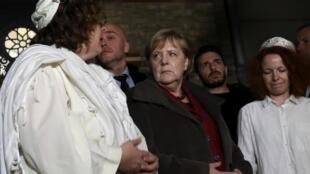 Em visita à sinagoga ontem, a chanceler alemã Angela Merkel condenou o ataque e prometeu fazer de tudo para que os judeus possam viver em segurança.
