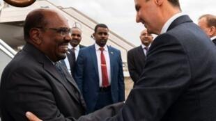 Picha iliyotolewa na shirika la Habari la Sana Desemba 16, 2018 ikionyesha Rais wa Syria Bashar al-Assad (kulia) akimpokea mwenzake wa Sudan Omar al-Bashir (kushoto) kwenye uwanja wa ndege wa Damascus.