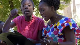 Sophie Sénécaut (à g.) et Aminata Abdoulaye dans « Si tu sors, je sors », de Gustave Akakpo et Marc Agbedjidji, présenté dans le cadre de « Ça va, ça va le monde ! ».