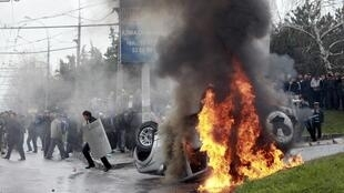 L'état d'urgence a été décrété à Bichkek et dans trois autres villes, où des opposants se sont emparés de bâtiments administratifs.