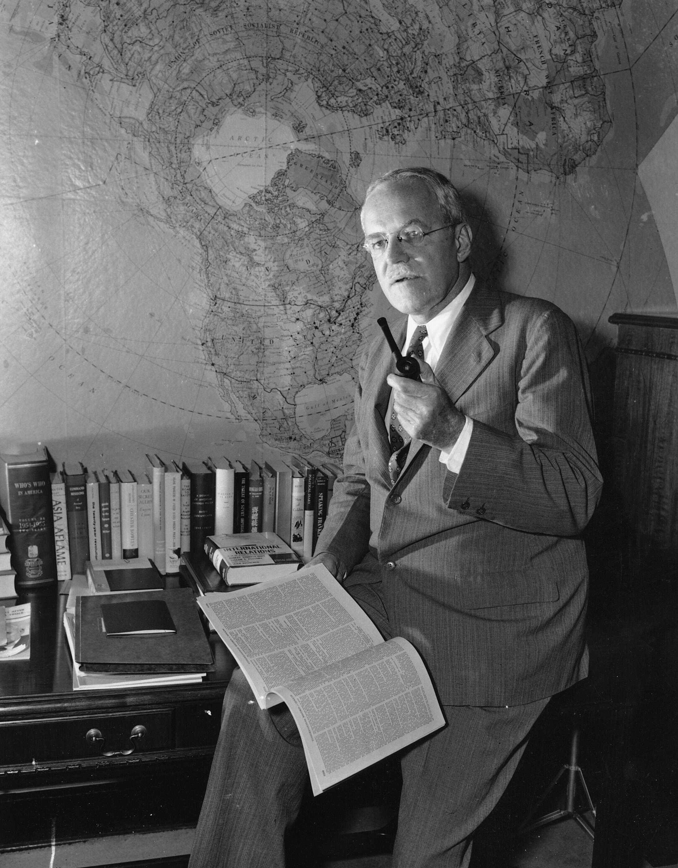Allen W. Dulles, directeur de la CIA dans son bureau à Washington.