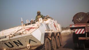 Des soldats de la Minusca roulent sur la route nationale 1 en direction d'affrontements le 22 décembre 2020.