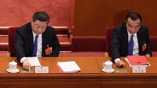 El presidente, Xi Jinping (izq), y el primer ministro de China, Li Keqiang, votan la ley sobre la seguridad nacional en Hong Kong el 28 de mayo de 2020 en Pekín