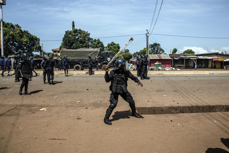 Afisa wa Polisi ikikabiliana na waandamanaji huko Conakry, Oktoba 21, 2020.