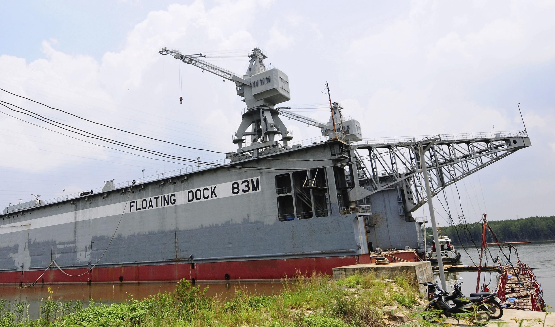 Thiết bị bốc hàng của Vinalines tại cảng Đồng Nai