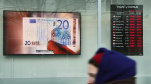 Un billete de 20 euros en la pantalla de un banco en Vilna, la capital de Lituania, el 27 de diciembre de 2014.