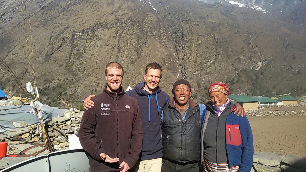 O guia brasileiro Carlos Santalena (1° à esquerda) no Nepal.