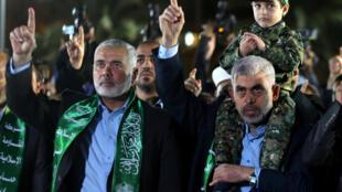 El líder de Hamas, Ismail Haniyeh (izquierda), durante el funeral del militante Mazen Fuqaha asesinado en marzo de 2017.