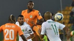 Les Ivoiriens, Wilfried Kanon (N°22) et Serey Dié (20) et les Algériens Yacine Brahimi et Riyad Mahrez lors de la CAN 2015. Quatre ans après, ils se retrouvent en Egypte.