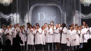 Funcionários do ateliê da Dior, no fim do último desfile criado por John Galliano.