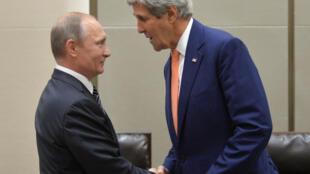 Le président russe Vladimir Poutine et le secrétaire d'Etat américain John Kerry en marge du sommet du G20 à Hangzhou,  en Chine, le 5 septembre 2016.