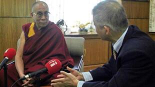 Le Dalaï Lama interviewé par Yan Chen, journaliste de la rédaction chinoise de RFI.