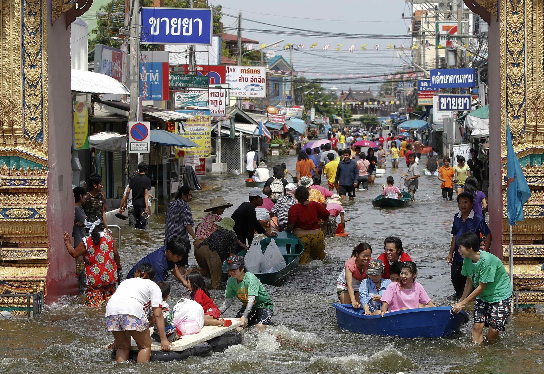 Wananchi nchini Thailand wakihangaika kujiokoa baada ya kukumbwa na mafuriko