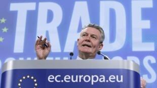 O comissário europeu do  Comércio, Karel De Gucht, durante um entrevista coletiva, em Bruxelas, em novembro de 2010.