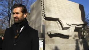 O ator Rupert Everett é um dos convidados da cerimônia de reinauguração do túmulo restaurado de Oscar Wilde, no cemitério Père Lachaise, em Paris.
