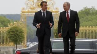Эмманюэль Макрон (слева) и Владимир Путин в Версале 29 мая 2017 г.