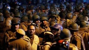 Des policiers anti-émeute dans l'université Jawaharlal Nehru de New Delhi après que des violences y ont éclaté, le 5 janvier 2020.
