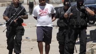 'Yan sandan kasar Brazil a lokacin da suke tisa keyar wani mai laifi