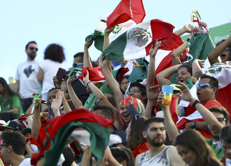 Des supporters du Mexique célèbrent la médaille de bronze féminine au tirc à l'arc.