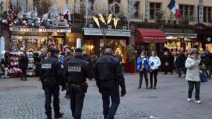 Patrouille de police sur le marché de Noël de Strasbourg dans le cadre de l'état d'urgence fin novembre 2016.
