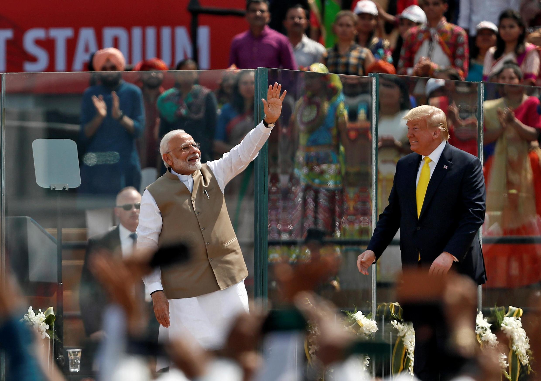 Thủ tướng Ấn Độ Narendra Modi (T) đón tổng thống Mỹ Donald Trump tại sân vận động Sardar Patel Gujarat, thành phố Ahmedabad, ngày 24/02/2020.