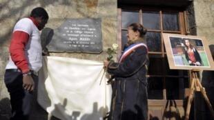 Мэр Шамбон-сюр-Линьон открывает доску на здании школы Севеноль, где училась Аньес 20/11/2011