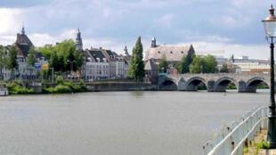 Cidade de Maastricht. com a ponte sobre o Rio Mosela.