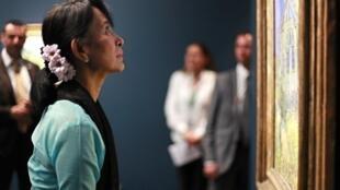 Le prix Nobel de la paix Aung San Suu Kyi a également visité le musée d'Orsay.