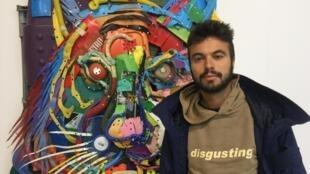"""Bordalo II, nome artístico de Artur Bordalo, numa das obras da exposição """"Accord de Paris""""."""