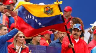 Tổng thống Vénézuela Nicolas Maduro (người cầm cờ), lần đầu tiên xuất hiện trước công chúng từ 6 tháng nay, trong cuộc mít tinh ngày 2/2/2019, kỉ niệm 20 năm ngày Hugo Chavez lên nắm quyền.