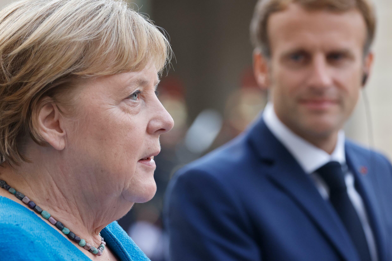 Angela Merkel habla junto a Emmanuel Macron durante una visita a París, el 16 de septiembre de 2021 en el palacio presidencial del Elíseo