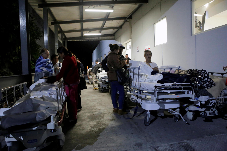61 человек погиб, как минимум 200 пострадали во время землетрясения в Мексике.