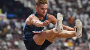 Le décathlonien français Kevin Mayer à la longueur lors des Mondiaux de Doha, le 2 octobre 2019