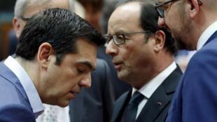 Le Premier ministre grec Alexis Tsipras écoute le président français François Hollande pendant le sommet des chefs d'Etat et de gouvernement de la zone euro, à Bruxelles, le 12 juillet 2015.