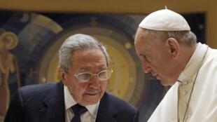 Papa Francisco conversa com o presidente cubano Raúl Castro neste domingo (10), no Vaticano.