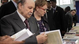 Le président algérien, Abdelaziz Bouteflika (g) et la ministre algérienne de la Culture, Khalida Toumi (c), lors de l'inauguration du 17e salon international du Livre d'Alger, le 19 septembre 2012.