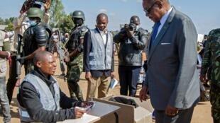 Le président du Malawi Peter Mutharika vote à l'élection présidentielle du 23 juin 2020 à Thyolo.