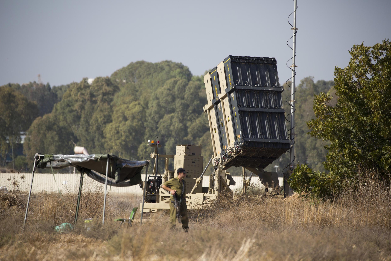 Soldados israelíes hacen guardia junto a una unidad del sistema de defensa Cúpula de Hierro desplegado en Or Yehuda, cerca de Tel Aviv, Israel, el martes 14 de noviembre de 2017.