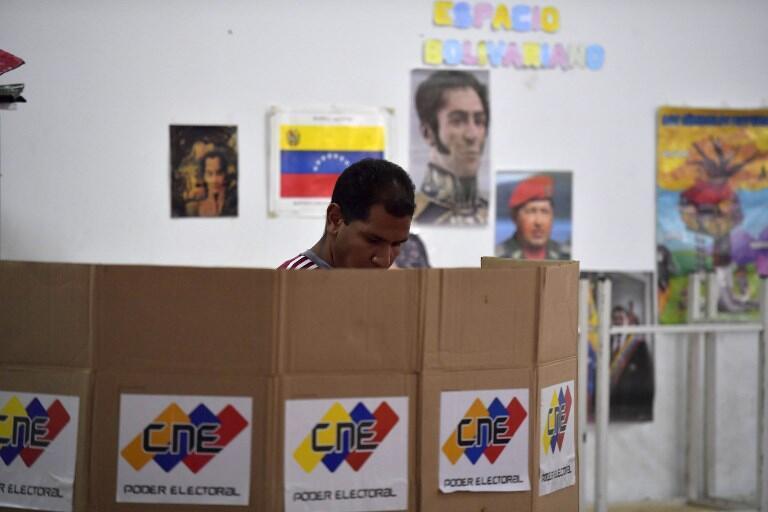 Un Vénézuelien dans un bureau de vote de Caracas lors des municipales du 9 décembre 2018.