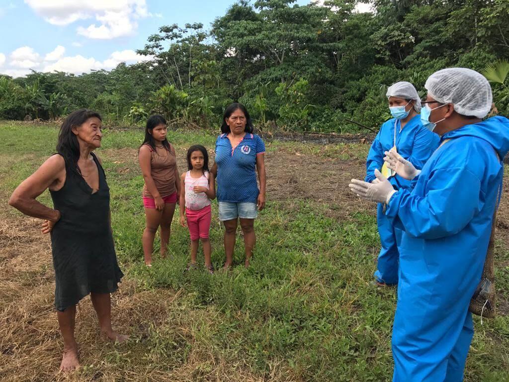 Les leaders indigènes Waorani Nemonte Nenquimo et Gilberto Nenquimo informent leur communauté sur la pandémie de Covid-19, à Tadangado, le 24 avril 2020.