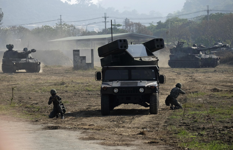 Quân lính Đài Loan với hệ thống tên lửa phòng không Avenger do Mỹ chế tạo trong cuộc tập trận thường niên ở Đài Trung (Taichung), miền trung Đài Loan, ngày 17/01/2017