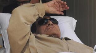 O ex-presidente do Egito, Hosni Mubarak, durante seu primeiro julgamento em 2 de junho de 2012.