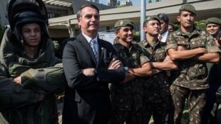 O candidato Jair Bolsonaro posando com militares, em outubro de 2018