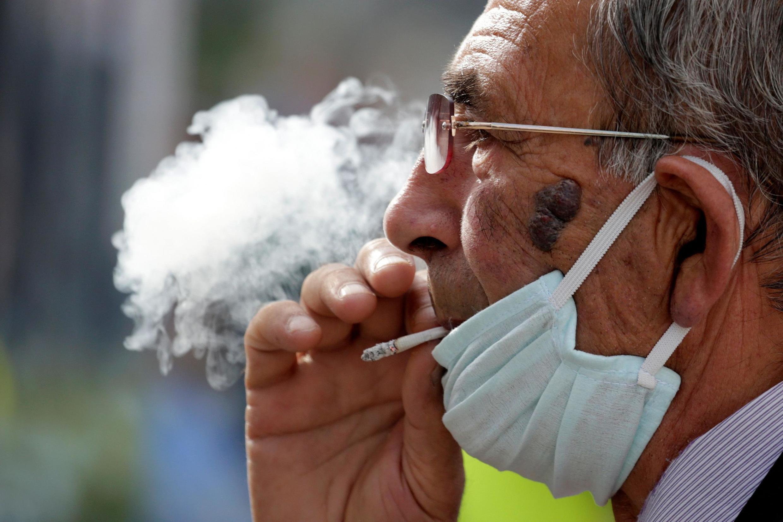 Среди заболевших COVID-19 оказалось рекордно низкое число курильщиков.