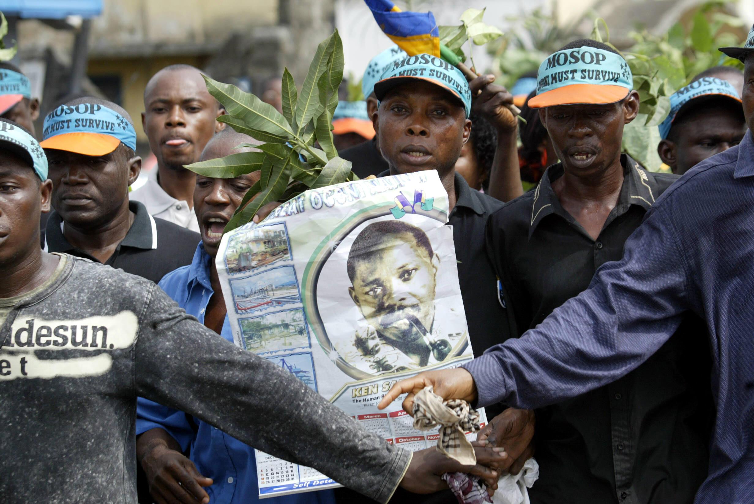 Manifestation d'Ogoni arborant le portrait de Ken Saro-Wiwa, ici à Port Harcourt, le 10 novembre 2005.