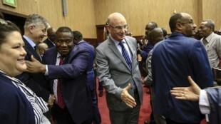 Jean-Pierre Lacroix (G) chargé des opérations de la paix des Nations unies et Smaïl Chergui (C), commissaire pour la paix et la sécurité de l'Union africaine lors des négociations à Khartoum.
