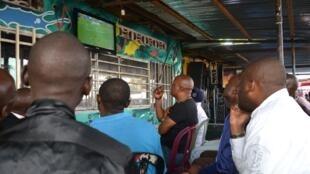 Des supporters suivent le match de la Belgique contre l'Irlande, le 18 juin 2016, à Kinshasa.