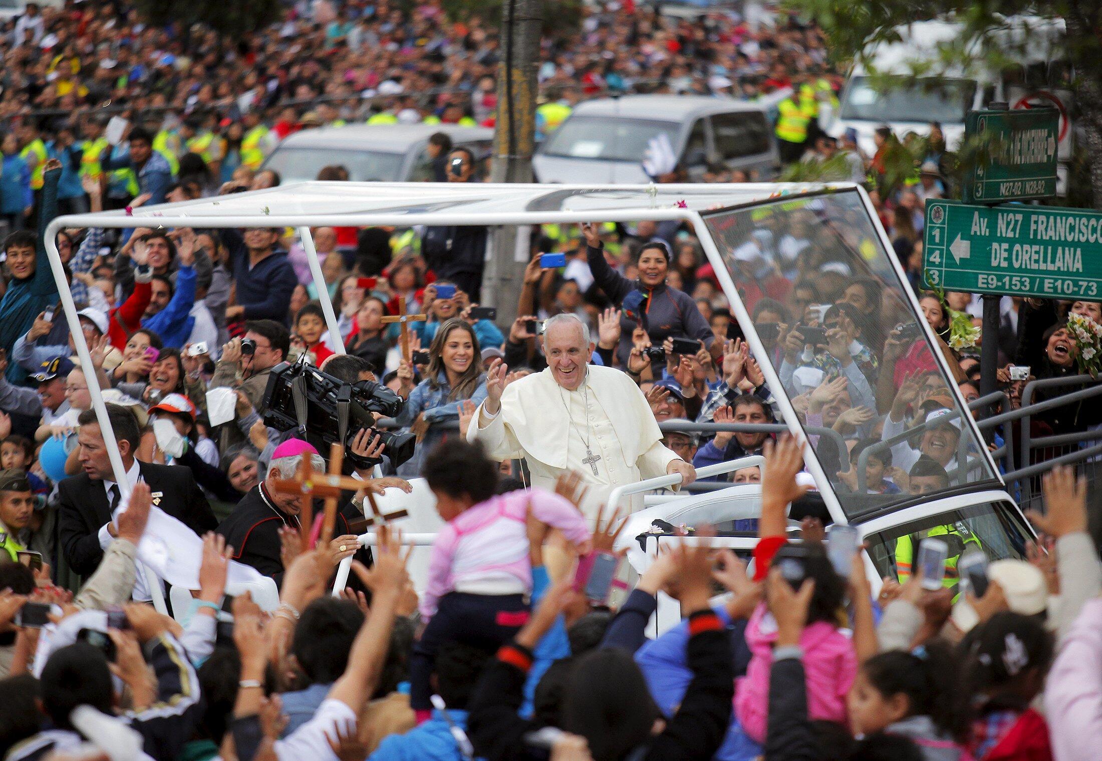 Le pape François salue la foule à Quito, dimanche 5 juillet. Après l'Equateur, il doit se rendre en Bolivie et au Paraguay.