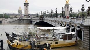 تغییرات ناشی از گرمایش زمین موجب خشکسالی در برخی نواحی و بارشهای شدید و بالا آمدن آب در برخی نواحی دیگر زمین شده است. تصویر رودخانه سن در پاریس که افزایش بیسابقه آب در یک قرن اخیر را شاهد بود.
